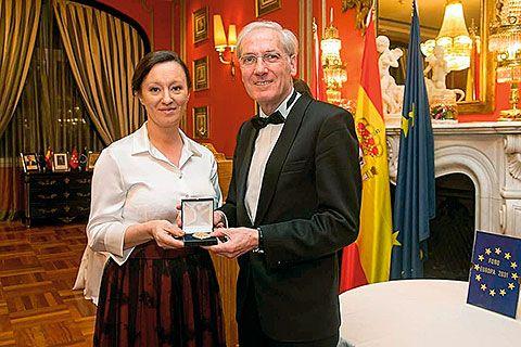 Reme Espantoso recibe la Medalla de Oro Foro Europa 2001