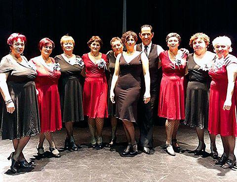 Actuación del Grupo de Mujeres de Salave junto a Emma Delgado (centro), profesora de Layalina Danza