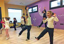 Emma Delgado impartiendo una clase de danza moderna en la escuela Layalina Danza