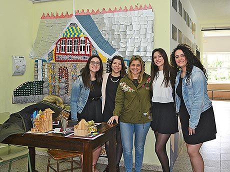 De izda. a dcha., las alumnas Rocío Martínez, Tania Suárez, Marta Fernández y Ángela Miranda ante el proyecto 'El Eco del Indiano'. En el centro, la profesora Gema Fernández