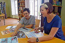 Manuela Busto (izda.) y Ana Penzol (dcha.) en la biblioteca de Castropol