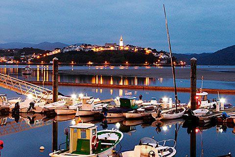 Vista del núcleo de Castropol desde el puerto de Figueras