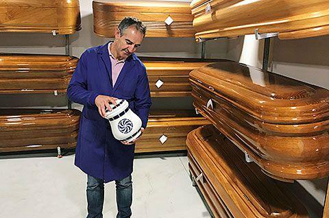 José Luis Rodríguez Diéguez mostrando la urna exclusiva de Sargadelos