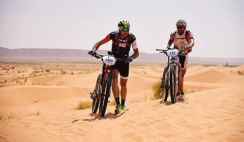 Iván González durante la Titan Desert acompañado de un gran amigo que conoció durante la prueba en el Sáhara