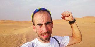 Iván Glez. en las dunas de Merzouga, en el descanso de una de las etapas de la Titan Desert (Sáhara)