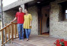 Íñigo y Montse delante de La Casona Angliru