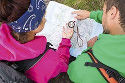 Senderistas con mapa