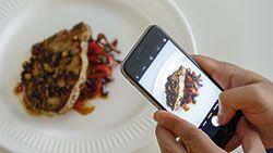 fotografiando con el móvil un plato
