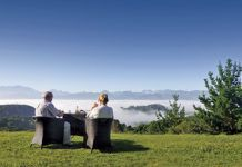 Pareja contemplando el paisaje asturiano