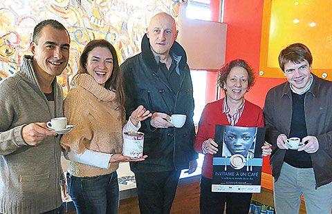 De izquierda a derecha: David González Codón, dueño del Bar Clic; Eliana Sánchez, actriz asturiana; Jorge Martínez, cantante y guitarrista de Ilegales; Inmaculada González-Carbajal, Presidenta de la Fundación El Pájaro Azul y José Luis Álvarez Almeida, Presidente de Otea