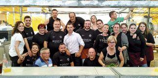La Comisión de Fiestas con Miron Bococi (en el centro, de blanco)