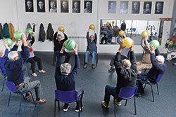 Ejercicio de fisioterapia con pelotas