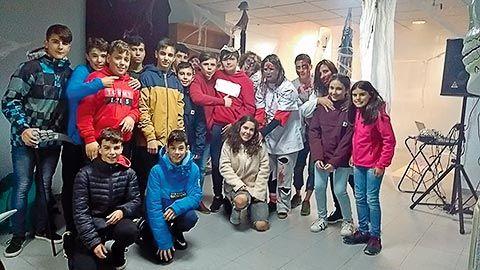 Grupo de jóvenes durante la preparación del carnaval en Tineo
