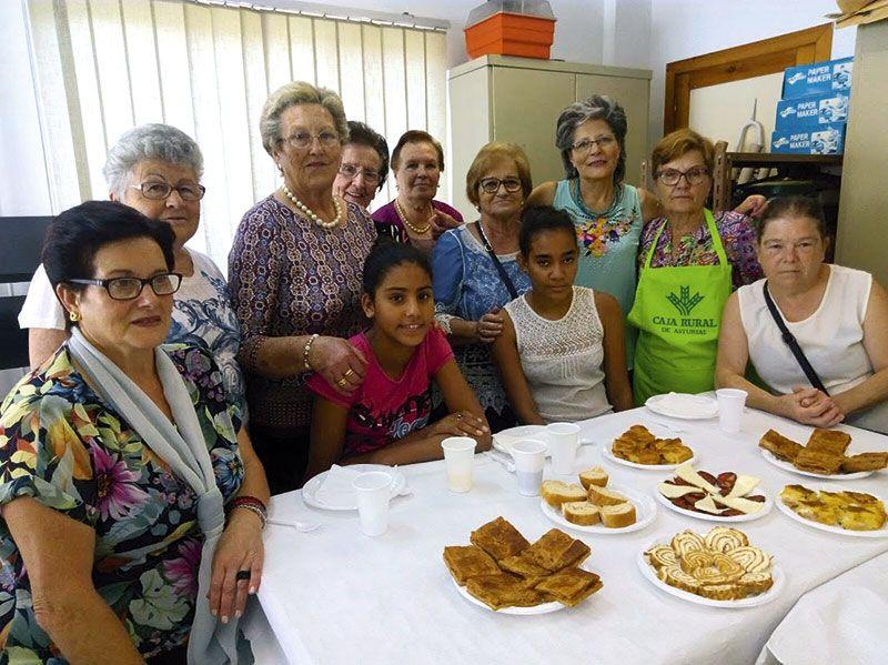 Miembros de La Asociación El Orbayu con niñas saharahuis