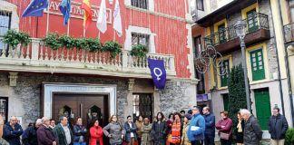 Concentración en Navia, frente al Ayuntamiento, contra la violencia de género, el pasado mes de diciembre