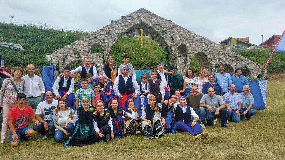 """Miembros de la Asociación de Festejos de Llames de Parres delante de su carroza """"Puente Romano"""""""