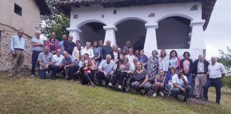 Miembros de la Asociación Cultural San Roque de Arobes ante la capilla de San Roque