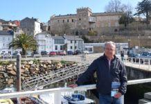 Miguel López, escritor, en el puerto de Figueras