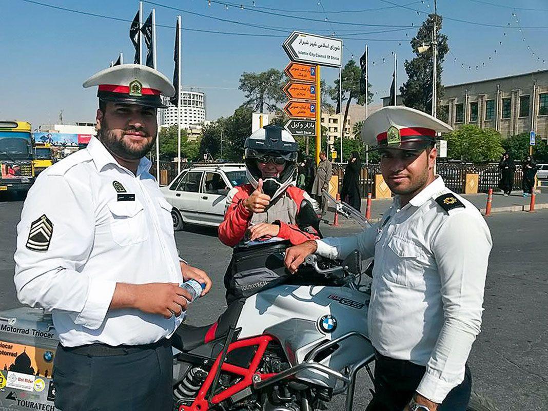 En la localidad iraní de Shiraz, junto a los policías a los que pidió información