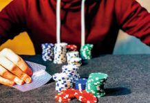 joven apostando en un casino
