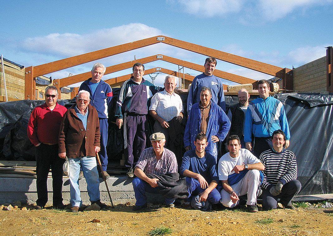 Vecinos colaborando en la construcción del centro social de Gamones (Valdés), hace diez años