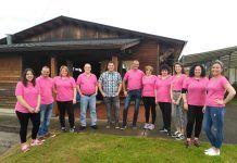 Miembros de la junta directiva de la Asociación Santa Clara (Valdés) frente al centro social, el pasado mes de junio