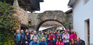 Miembros del grupo de montaña Estoupo (Valdés)en Brieves realizando la ruta del Camino de Santiago del interior