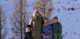 Alex Galán junto a los niños de una familia nómada en Mongolia