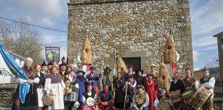 El Grupo folclórico Los Yerbatos acompañan a los Sidros de Valdesoto (Bimenes)