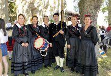 María José Hevia (2ª por la izda.),con varias personas ataviadas con el traje típico de Cabranes