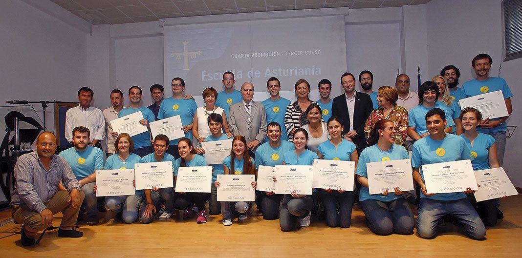 Miembros de la Escuela de Asturianía con sus diplomas