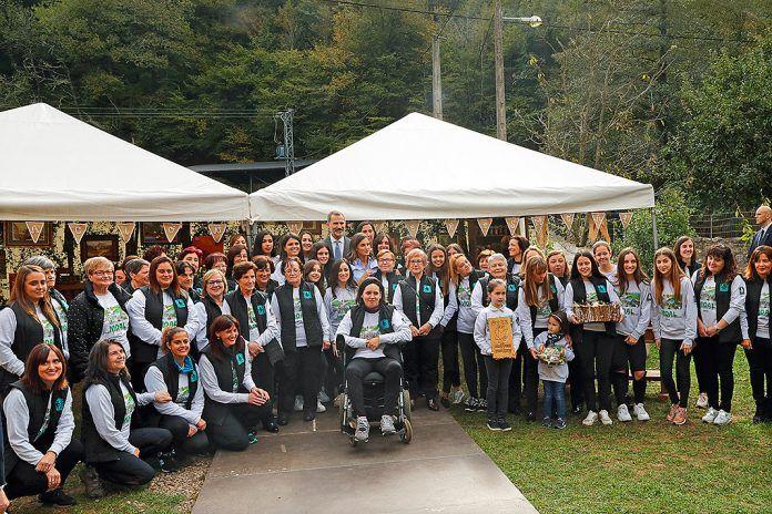 Mujeres de la Asociación con SS.MM. los Reyes en la entrega del premio Pueblo Ejemplar