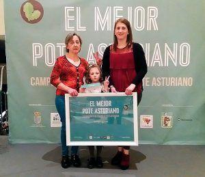María de los Ángeles Aller García (a la izda.) recogiendo el premio al mejor Pote Asturiano en Cangas del Narcea