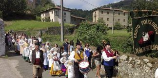 Procesión durante las Fiestas de San Roque de Libardón (Colunga)