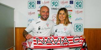 David Álvarez, presidente del Navia Club de Fútbol, con Danae Boronat, presentadora de LaLiga Movistar