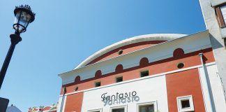 En primer plano, cine Fantasio. Al fondo, El Casino (Navia)