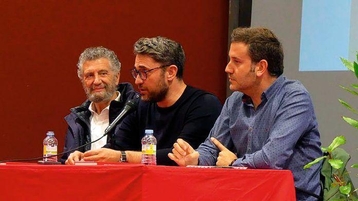 Màxim Huerta con el alcalde de Navia, Ignacio García Palacios y el concejal de cultura Gonzalo Asenjo Palmerola en la XII Feria del Libro de Navia