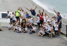 Daniel Pérez, a la dcha. con el entrenador de Fulbito Infa y Lolo Mántaras de 'Be You. Be Different', en una actividad con niños del Club
