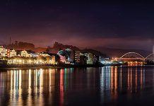 Desembocadura del Río Navia, a su paso por la localidad que lleva su nombre.