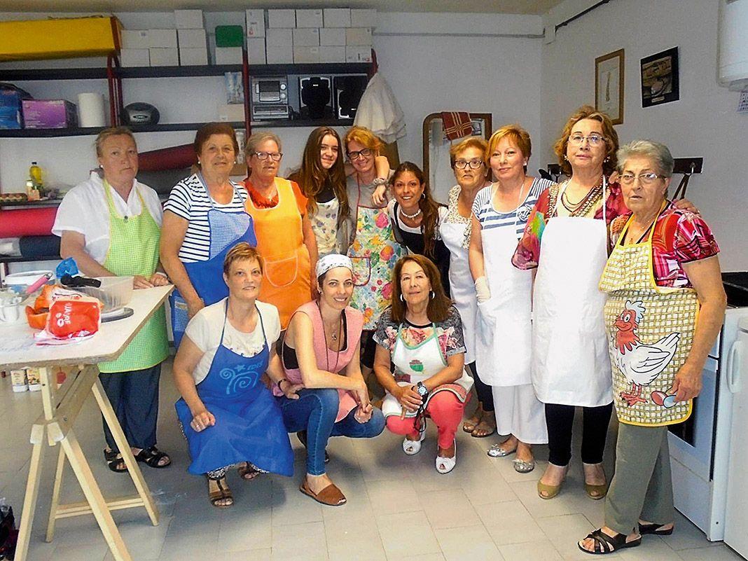 Grupo de la Asociación La Romanela en el taller de cocina sobre masas, impartido por Teresa Pérez