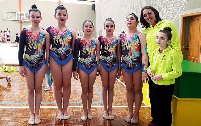 Parte del equipo Sociedad Cultural Deportiva Ribadesella Rítmica con su entrenadora, Paula Vázquez