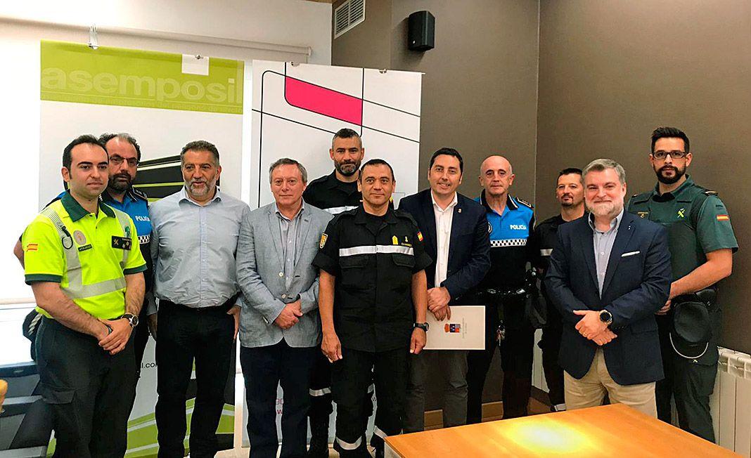 Miembros de Bomberos de Asturias, Guardia Civil, Policía Local y Protección Civil, con componentes de Asemposil y el alcalde de Llanera el día del simulacro.