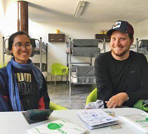 Peregrina procedente de EEUU y un joven alemán en el albergue de Tapia