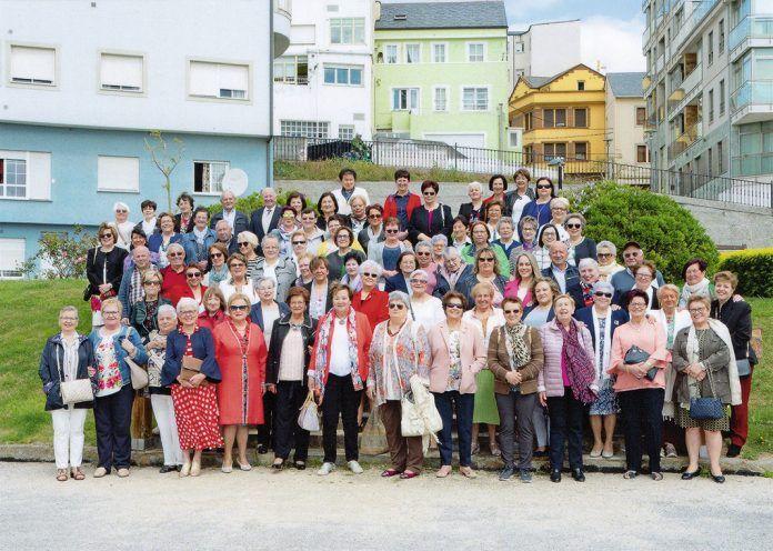 Integrantes de la Asociación Amas de Casa Virxe do Carmen con otras asociaciones en el Día Provincial de las Amas de Casa, en Foz
