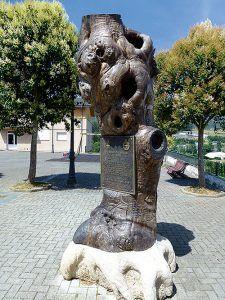 Castaño fósil tallado con motivo del premio Pueblo Ejemplar de Asturias 2011 a la Comunidad Vecinal de San Tirso de Abres