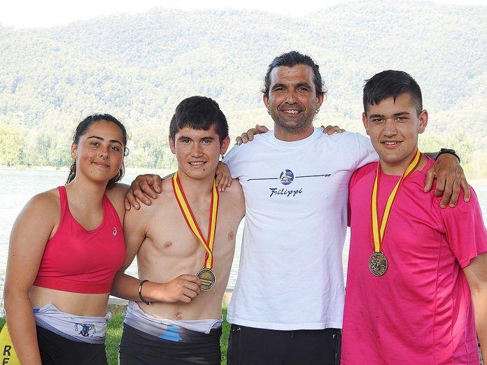 De izda. a dcha., Julia Córdoba, Gerardo González y Antonio Mediante con su entrenador Rubén García en el Campeonato de España de Remo Olímpico