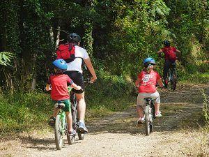 Ciclistas en la Ruta del Ferrocarril (San Tirso de Abres)