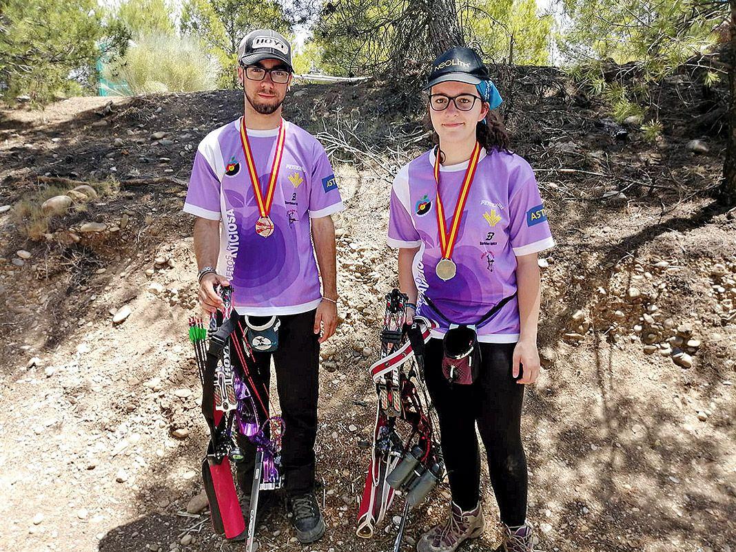 Aritz Pikabea y María Álvarez, del Club Arqueros de Villaviciosa, Campeón y Subcampeona de España 3D