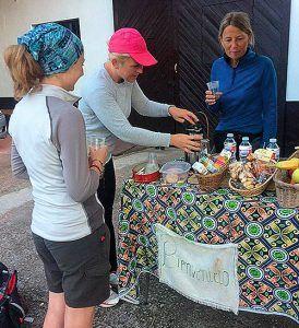 Peregrinas disfrutando de la mesa que prepara cada día Mari Paz frente a su casa en Casquita, Villaviciosa