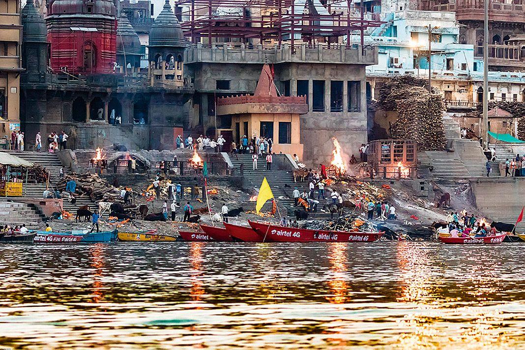 Piras funerarias a orillas del Ganges